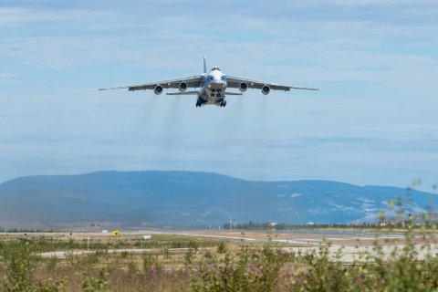 STORE FLY: Konsernsjef i Avinor, Dag Falk-Petersen, forsikrer at fly inntil kategori E fortsatt kan lande og ta av fra Lakselv lufthavn Banak, også etter rullebaneendringen. Dette er fly som eksempelvis Boeing 747 Jumbojet og Airbus A330/A340. Antonov An-124 (bildet), som er verdens største serieproduserte transportfly, er imidlertid i kategori F, og vil kreve dispensasjon slik som i dag.