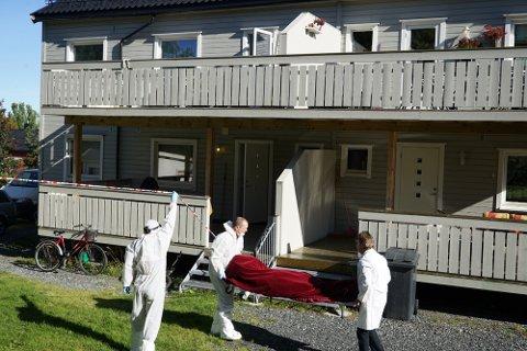 Politiets kriminaltekniker Tor Morten Noste (til høyre) bærer ut kroppen til kvinnen (37 som ble drept i Kronprinsens gate i Kirkenes natt til mandag