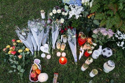 Gjennom dagen og kvelden mandag ble det satt ut mange lys foran leiligheten der en kvinne (37) og hennes sønn (12) ble drept mandag.