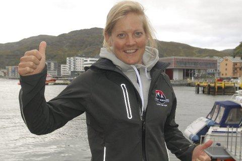 Gleder seg: Hielke Elferink, her på kaia i Hammerfest, gleder seg voldsomt til å tilbringe en uke i Finnmark. Hun jakter sykkelseier og fangst av en skikkelig stortorsk under oppholdet. Foto: Trond Ivar Lunga