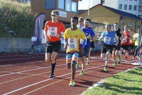 I TET FOR Å BLI: 15 år gamle Sharma Arke la seg i tet fra første meter i Hammerfestmila. Han beskrives av trener Tom Pedersen som et usedvanlig langdistansetalent.