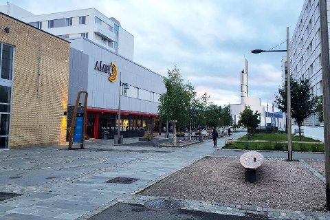 Amfi og Nordlyskatedralen i gågata i Alta.