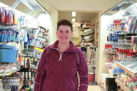 NY BRANSJE: Karina Hansen har vært med på å drive både gamle Narvesen og Rema, men en malerforretning er nytt for henne. Nå gleder hun seg til nye utfordringer i butikken som nå går under navnet Søte farger og interiør AS.