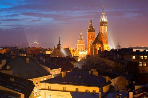 I Krakow i Polen er det mange flotte bygg å se på. Her er St. Mary's Church opplyst på en overskyet dag.