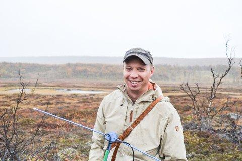 I NÆROMRÅDET: Forsker ved UiT, Norges arktiske universitet, Rolf Rødven bruker ferien hjemme i Tana til å holde oversikt over elgen som trasker rundt i området.