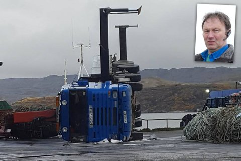 VELTET: En mann ble lettere skadet da denne kranbilen veltet fredag formiddag. Jan Steinar Nylund (innfelt) sier at mannen fikk en mindre hodeskade.