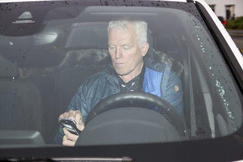 SKREMMENDE: Knut Larsen i Trygg Trafikk synes det er skremmende å møte sjåfører som taster på mobilen under kjøring. foto: Henriette Baumann sand
