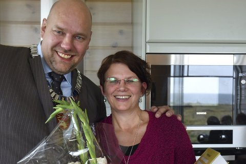 OFFISIELT: Denne uka ble Ekkerøy Feriehus åpnet. Ordfører Hans-Jacob Bønå overrakte Ingjerd Tjelle både blomster og gaver.  FOTO: TORMOD AMUNDSEN / BIOTOPE