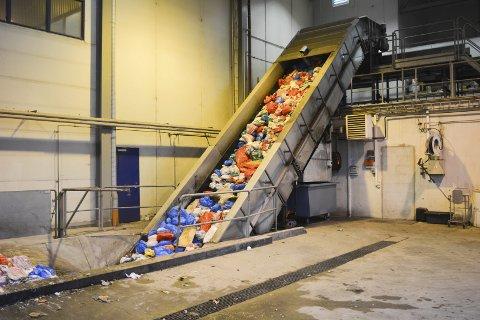 SØPPEL: Vefas IKS sin husholdningsavdeling tar imot mange tonn avfall daglig, og alt som deres kunder har sortert blir sortert når det ankommer mottaksstasjon på Stengelsen.