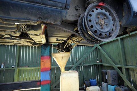 VESKETAPPING: Før en bil kan levers til pressing, må væsker, batteri og dekk fjernes. Slike vesker fra kjøretøy skal være årsaken til at grunnen hos bilopphoggeren i Varangerbotn ble forurenset. (Foto: Knut Johansen/Illustrasjonsfoto)