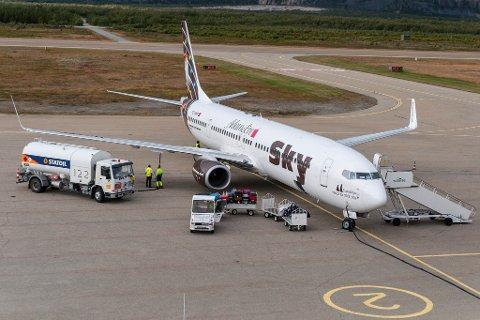 VIL ETABLERE SEG: Selskapet Scan GSE AS planlegger å etablere ny infrastruktur for levering av drivstoff til fly på Lakselv lufthavn Banak. Her tankes et Boeing 737-800ER opp foran terminalbygget på Banak.