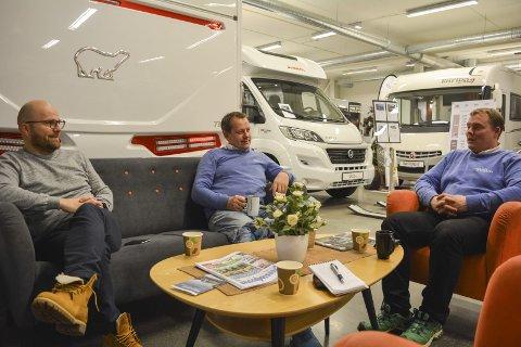 Dagligl leder Svein Erik Johannessen og hans salgssjef Knut Emil Johansen og selger Bjørn Fermann
