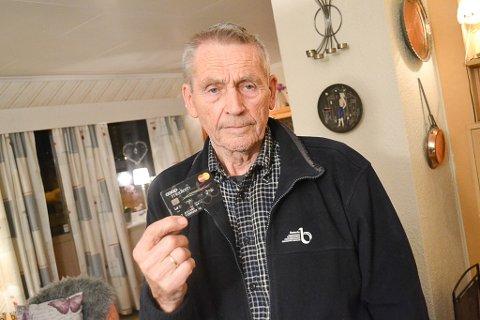 FØLER SEG SVIKET AV FAVORITTBUTIKKEN: Leif Nystrøm (82) har vært Coop-medlem siden 1963, og tillitsvalgt for medlemmene i Vadsø. Her er han med Coop-kortet som han nå mener har mistet mye av verdien etter Coop kom med tilbud kun for de som laster den ned appen deres.