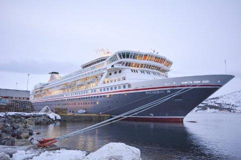 PÅ ALTA-BESØK: Fred. Olsen Cruise Lines sin cruisebåt «Balmoral» ankret opp i Alta denne uken, og en rekke turister besøkte blant annet ishotellet, museum og Nordlyskatedralen.