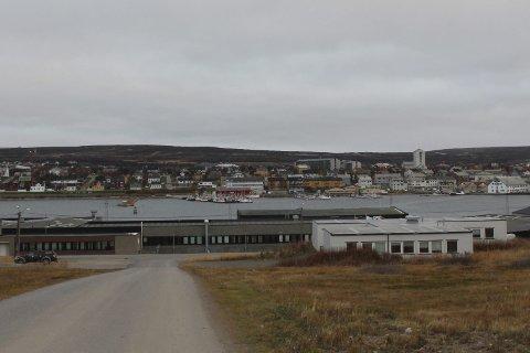 Flere personer dro ut til Fabrikkveien på Vadsøya for å finne ut av en konflikt. Det endte med at en mann i starten av 20-årene ble påført et knivstikk i halsen.