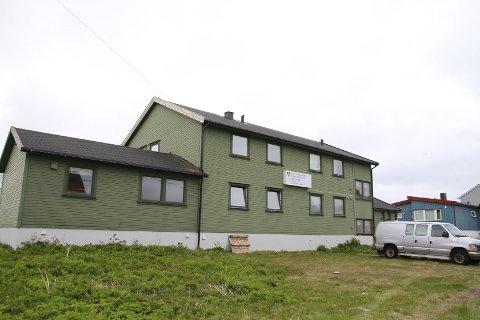 FULLBOOKET: Mange turister har tatt turen til Vardø i sommer. Vardø motell er helt fullbooket. Motellet og Vardø turistinformasjon må hjelpe turister med å finne overnattingsmuligheter på det private markedet.
