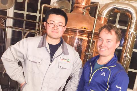 NÅ KJØRER HAN UT ØL: Xianxue Cao hjalp Alf-Emil Paulsen med å realisere bryggeridrømmen i Lakselv. Nå, i disse korona-tider, har salget til Juga Mikrobryggeri falt. For å bøte på det, vil ølbryggeren kjøre ut sine varer til folk i kommunen.