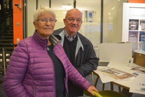 PÅ FLYTTEFOT: Bjarne Thomassen og Greta Bjørkli er svært interessert i å kjøpe seg inn i Markveien Terrasse. De har bodd på Aronnes i snart 35 år, og føler tiden er moden for litt mindre plass og kort vei til tilbudene på sentrum.