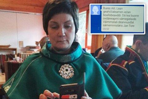 SAMSUNG: Aili Keskitalo har Samsung-telefon. Innfelt er bilde av melding mellom Jan Tore Sanner og Aili Keskitalo i 2014.