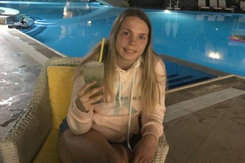 FEIRER MED EN DRINK: Etter fredagens gullmedalje feirer tanabryter Gunn Rita Boine (20) med en drink i Tyrkia. Foto: Privat