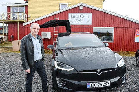 LUKTER FORTSATT NY: Tesla X'en Stig Thiv kjøpte i år har gitt ham mye kjøreglede. Han mener andre elbil-eiere også bør få lade bilene sine i regionen, og fikk på plass en ladestasjon på kaffen bak hvor han er altmuligmann og bokfører.