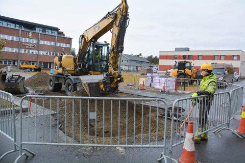 GRAVEJOBB: JHT Maskin skal grave en ny grøft hvor den nye vannledningen. Det betyr av deler av sentrum i Alta vil graves opp den kommende tiden.