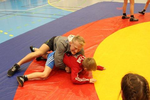 TØFFE KAMPER: OL-bryteren Stig- Andre Berge måtte bryne seg på mange tøffe kamper med barna etter Oktoberstevnet. Alle foto: Tonia Kvernmo.