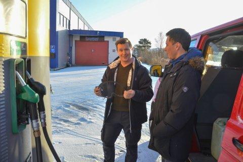 UHELDIG: Driver av Uno-X-tanken på sentrum Kjetil Haugsnes oppdaget at reima på tanken var gått da kundene nesten sto i kø for å tanke. Mickel Iver Sara fra Maze var en av dem som måtte fortsette jakten på billig drivstoff på søndag.