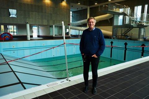 GLEDER SEG: Ordfører Robert Jensen (Ap) i Vardø gleder seg over at de endelig frår bassenget i drift igjen. Men han innrømmer at han syns det går litt treigt.