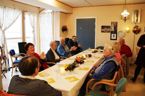 VENTER SPENT: Her sitter folk fra eldrerådet og helsesenteret og venter spent på å få smake på lokal og tradisjonell mat. Alle foto: Julie Arntsen.