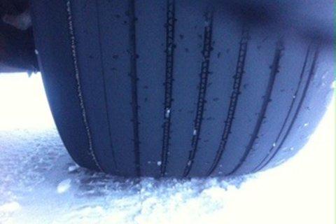 FARLIG: Kjørte rundt på vinterføre med sommerdekk på hengeren.