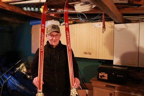 GAMMEL SUKSESS: Øistein Nilsen har tatt vare på de fleste skiene han har gått med gjennom tidende. Disse skiene stammer fra 60-tallet, og hviler for tiden opunder taket i garasjen hans.