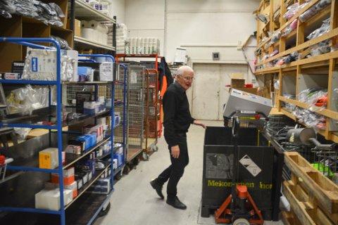 FULL KONTROLL: Daglig leder Tor Solheim har oversikt over hvor hver en del ligger på lager, men påpeker at uten et godt datasystem så hadde det ikke vært mulig å finne fram til alt.