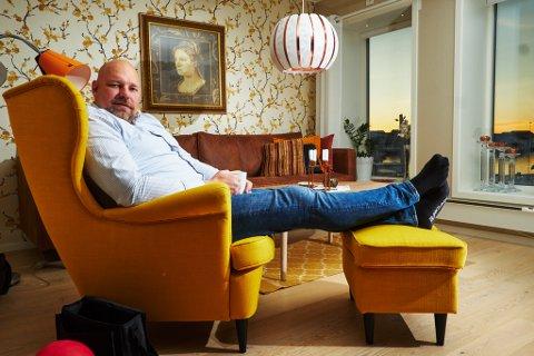BOR SELV I BYGGET: To år etter prosjektet startet, kunne Hans-Jacob Bønå lene seg tilbake i stolen sin og nyte utsikten fra familiens nye bosted. Nå har han planer om å bygge tre nye leiligheter tilknyttet Vadsø Brygge.