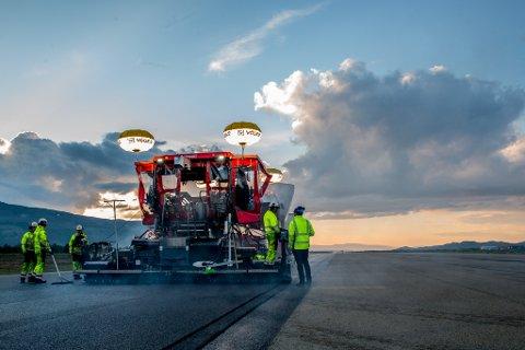INGEN ASFALT I 2020: Rullebanen på Lakselv lufthavn Banak fikk sommeren 2017 ny asfalt. I år skulle det komme ny asfalt på oppstillingsplassene for flyene, men det blir det ikke noe av.