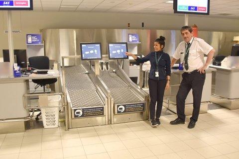 Alta lufthavn har fått selfservice bag-drop-system. På bildet salgs- og servicemedarbeider Ashica Chhetri og productmanager Knut Dahl.