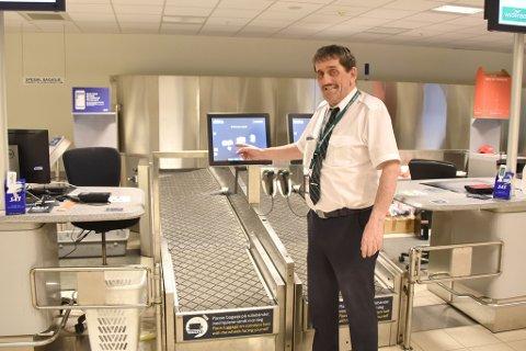 Kurt Dahl viser stolt fram nye Alta lufthavn.