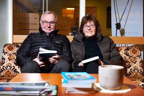 MANGE HØYDEPUNKTER: Trygg Jakola og Sigrid Skarstein har begge bidratt med artikler i Varanger Årbok 2017. De synes boka er full av høydepunkter, med mange gode historier.