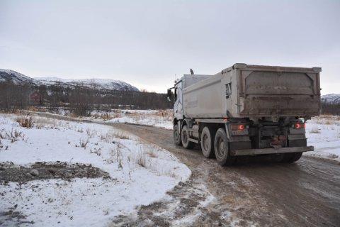 TJUVSTARTET: Eriksen Maskin skal drifte det skogbrukssjefen i Alta betegner som Finnmarks første skikkelige deponi. Det ligger på FeFo-grunn på Raipas. Eriksen Maskin har allerede begynt å frakte egne masser til deponiet, men den kommersielle driften åpner ikke før i desember.