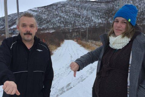 OPPGITTE: Øystein Breivik og naboen Synnøve Mikkelsen er ikke glad for at kommunen ikke lengre brøyter i gaten deres. Foto: Privat