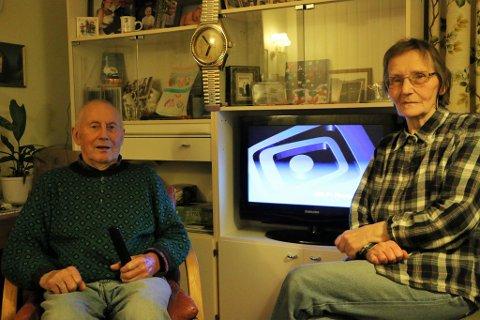 RADIO PÅ TV: Sverre og Alma Hansen ble uten radio onsdag da FM-nettet ble slukket i Finnmark. Hvis de vil høre på radio må de gjøre det via TVen. Foto: Bente Aust.