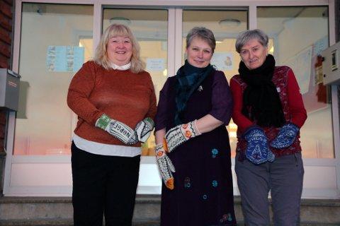 FLOTTE VOTTER: Turid Strand, Siv Eines og Lillian Jormonen viser alle stolt frem sine Vadsøvotter. Foto: Julie Arntsen.