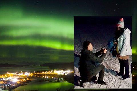 FIKK JA: To turister fra Malaysia ble forlovet lørdag kveld under nordlyset. Bakgrunnsbildet er tatt ovenfor Kirkenes ved en tidligere anledning.