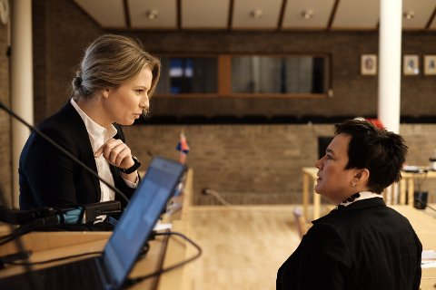 Fylkesadvokat, Ada Molne Kjøllesdal, og fylkesordfører, Ragnhild Vassvik, like før fylkesutvalgets møte mandag formiddag.