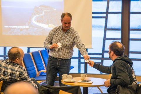 DELTE UT KORT: Trond Ørjan Olsen, ansvarlig for flyfrakt i DHL Norge, delte villig ut visittkort under møtet på Lakselv lufthavn Banak. Her får Svein Lyder fra Lyder fisk et kort.