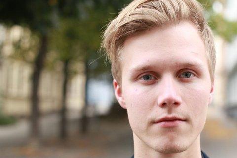DELER EGNE OPPLEVELSER: Jonathan Kongsbak Jæger (22) forteller ungdom om det å stå åpent fram som homofil og hvordan hans egne opplevelser har vært i etterkant.