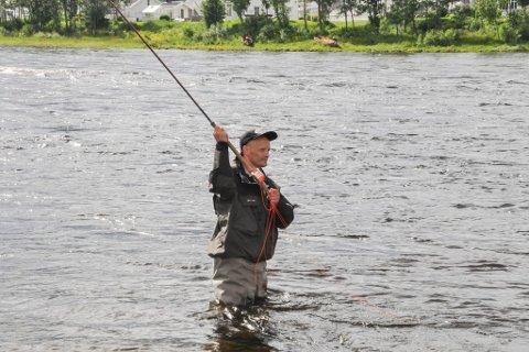 TRUKKET UT: 75 personer får kjøpe fiskekort i Altaelva. Her er Jan Magne Hestvik avbildet tidligere. Han er ikke blant de heldige. Arkivfoto: Oddgeir Isaksen