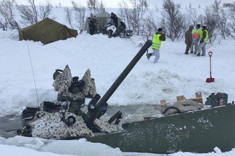 En CV90 kampvogn gikk gjennom isen under øvelse Joint Viking 2017. Ingen om bord kom til skade, melder Forsvaret. Foto: Forsvaret