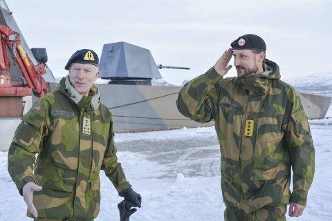 BESØK: Forsvarssjef Haakon Bruun-Hanssen og Kronprins Haakon Magnus på Joint Viking-visitt.