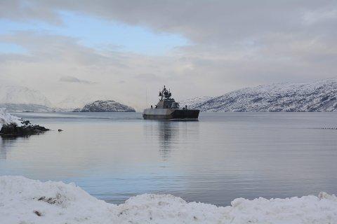 SEILTE INN ALTAFJORDEN: Sjøforsvaret er også en del av Joint Viking, og her kommer Kronprinsen inn til Alta i en korvette.